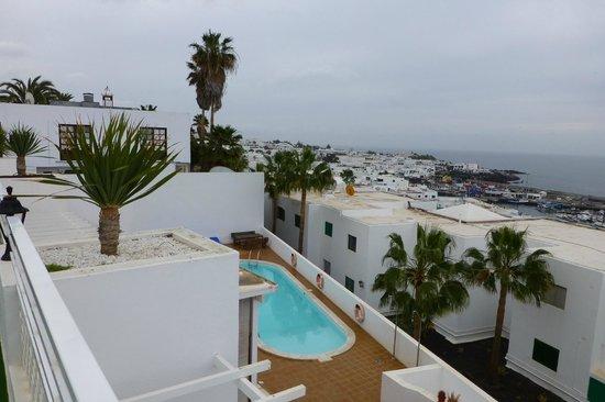 Las Terracitas Apartamentos:                   Blik vanaf zonnedek (3e verdieping) op zwembad