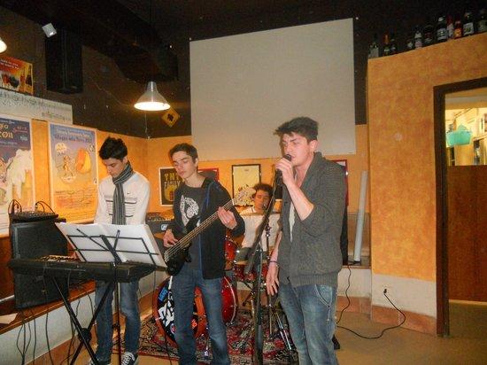 TNT Pub Pizzeria:                   Cena e concerto dei Look Like Strange al TNT pub (22/2/13)                 