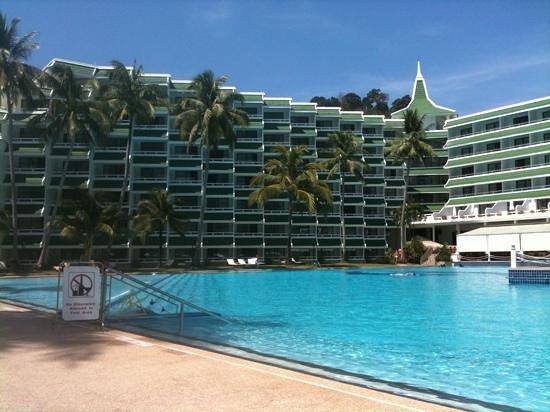 Le Meridien Phuket Beach Resort:                   プールサイド1