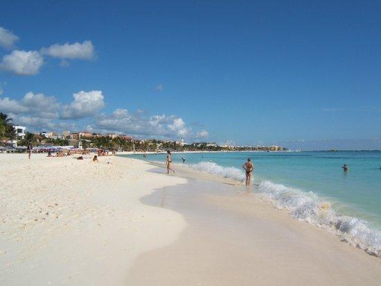 Playa Palms Beach Hotel: Beach outside hotel