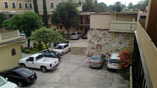 Apartments Villa de Campo :                   Parking lot... messy!