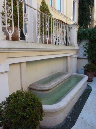 Hotel Villa Duse: fontaine de l'accueil