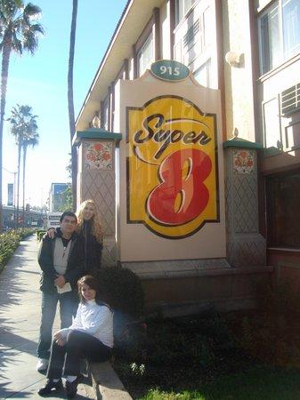 Super 8 Anaheim/Disneyland Drive:                   al lado de la entrada