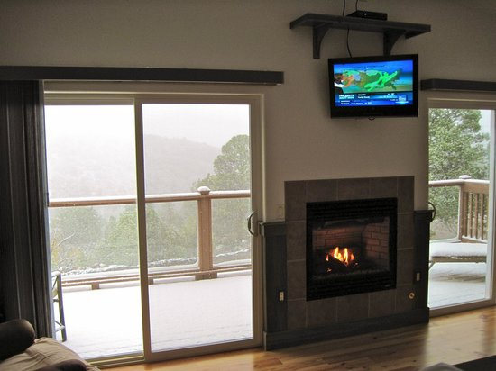 Georgetown Cabins Resort:                   Nice fireplace and entertainment center