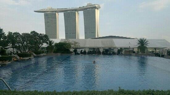 The Fullerton Bay Hotel Singapore:                   vu de la piscine de l' hôtel fullerton bay