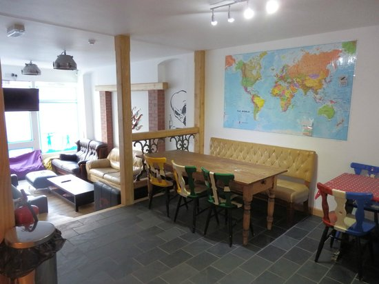 Ocean Backpackers: communal lounge and dining