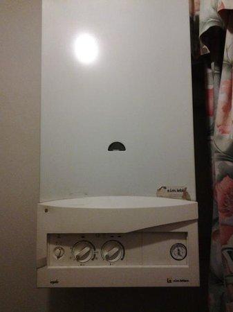Hotel Medici:                   manopola grande a sx per riscaldare termosif. quella a dx x bagno rotare sens
