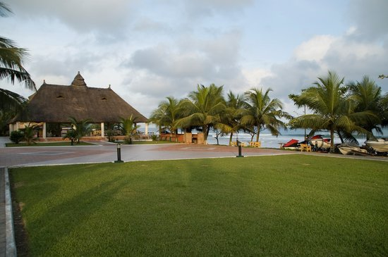 Busua Waves Resort:                   SIDE VIEW OF THE GHANAIAN VILLAGE