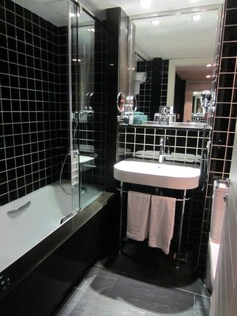 EuroPark Hotel:                   Room 706 (superior room): Bathroom