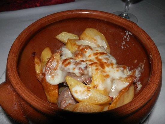 Antico Maniero:                                     tegamino dell' abbondanza con salsiccia patate, funghi e cac