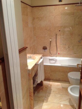 Hotel Manzoni:                   Modern bathroom