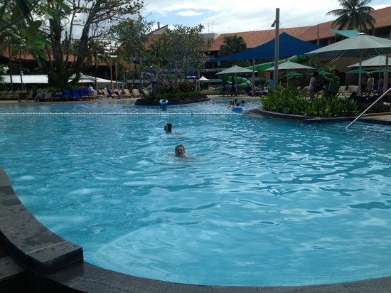 Shangri-La's Tanjung Aru Resort & Spa:                   Children's Swimming Pool (hotel behind)