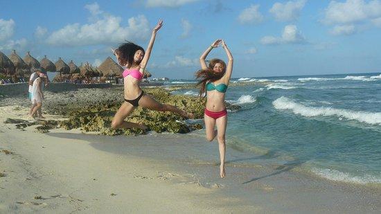 Luxury Bahia Principe Akumal:                   Saltando en la playa