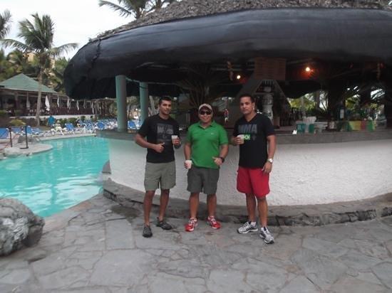 Coral Costa Caribe Resort & Spa:                   bar da piscina, uma boa variedade de bebidas