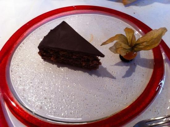Trattoria in Piazza:                                     Sacher di Langa con cioccolato e nocciole