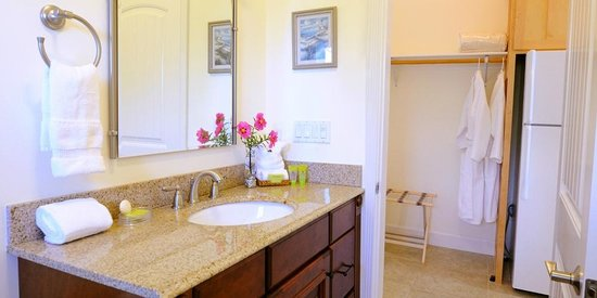 Spyglass Inn at Shelter Cove: Large bath with granite counter tops