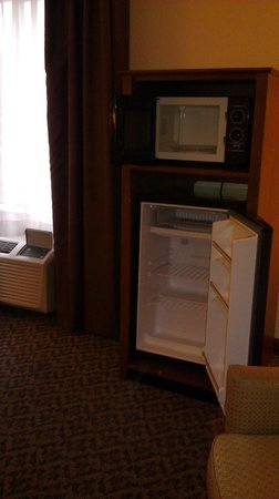 La Quinta Inn & Suites Lawton / Fort Sill:                                     Microwave and refrigerator