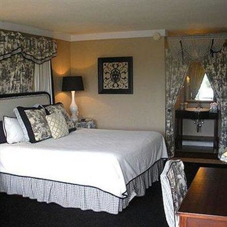 Golden Palms Inn & Suites: Bed