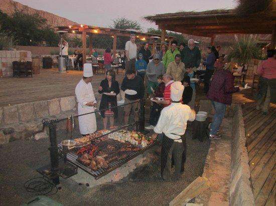 Alto Atacama Desert Lodge & Spa:                   Churrasco ao ao livre em um dos jantares