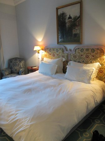 Pestana Palace Lisboa Hotel & National Monument:                   bed with two types of pillows