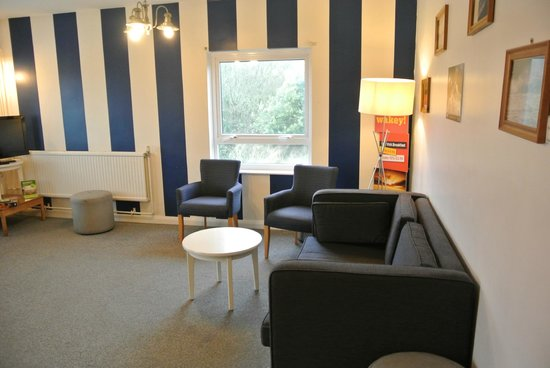 YHA Broad Haven: the communal lounge