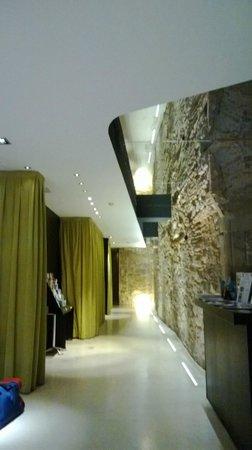 Hotel Barcelona House:                   Modern hallway