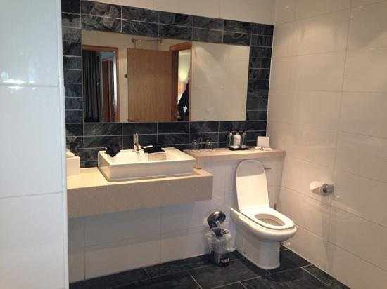 Lancaster House:                   suite bathroom