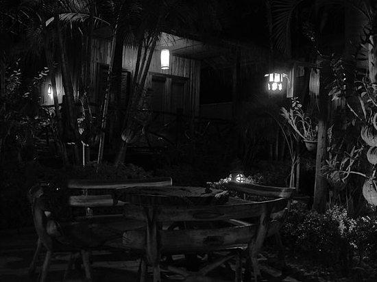 Thongbay Guesthouse:                   Resto dans la cour, à l'entrée de l'hôtel