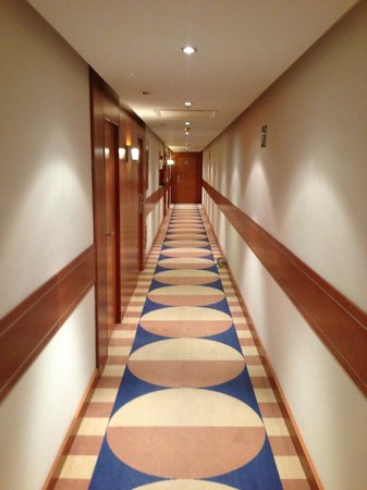 TRYP Valencia Azafata Hotel:                   corridor