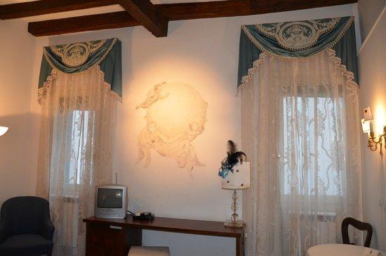 Ca' della Corte:                   На стене очень красивый рисунок, на который сделан акцент светом сверху