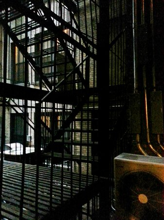 The MAve Hotel:                   Vista da janela do box para a escada de incêndio
