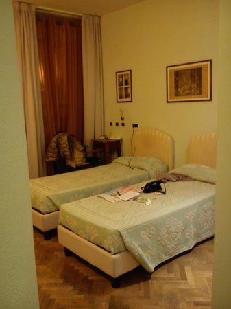 Maison Savoia:                   camera n. 1