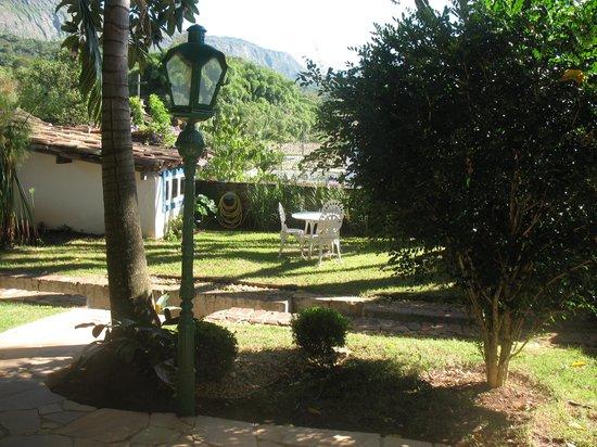 Pousada do O:                   Jardim em frente a entrada.