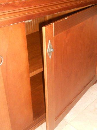Be Live Collection Punta Cana:                                                       cabinet doesnt close and broken handle