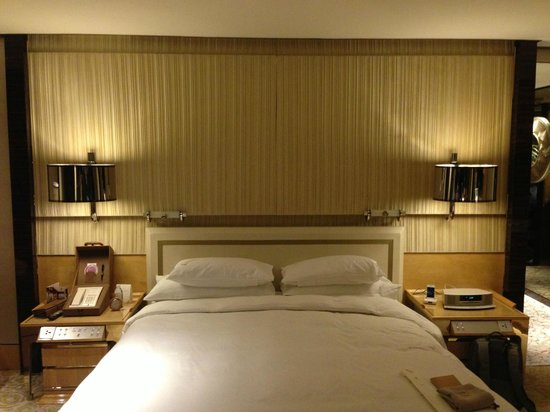 The Ritz-Carlton Shanghai, Pudong:                   bed