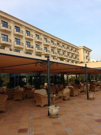 Hotel Les Berges Du Lac- Concorde:                   The building and outside sitting area