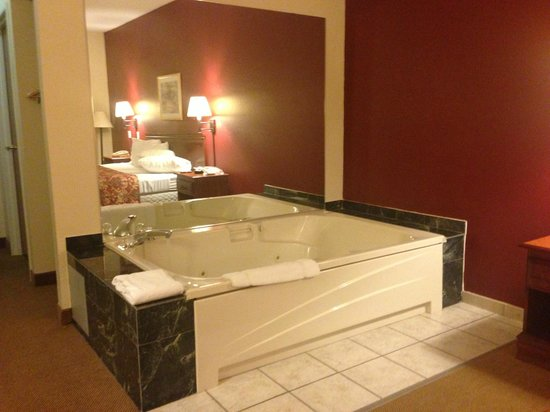 Red Roof Inn Mishawaka - Notre Dame:                   Jacuzzi Tub.