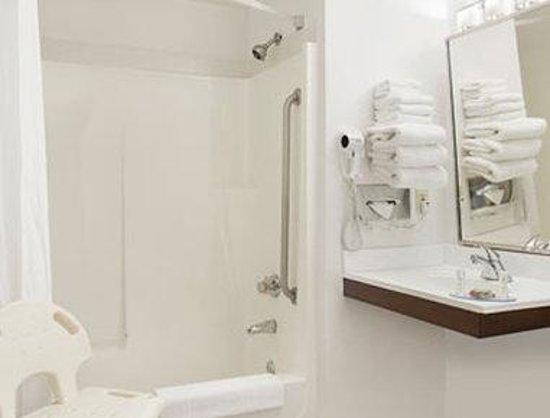 Super 8 Winnipeg East MB: Accessible Bathroom