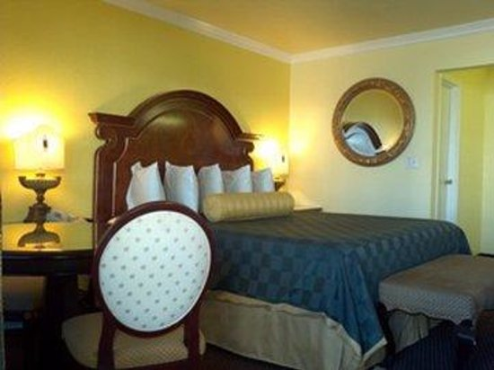 Desert Mirage Inn and Suites: Master Bedrrom