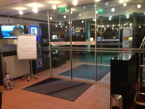 IntercityHotel Frankfurt Airport:                   front doors