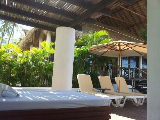 Emporio Acapulco Hotel:                                     sunbeds everywhere