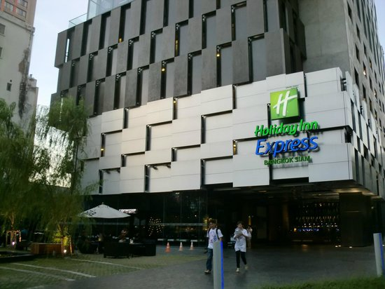 Holiday Inn Express Bangkok Siam:                   目立つ外観
