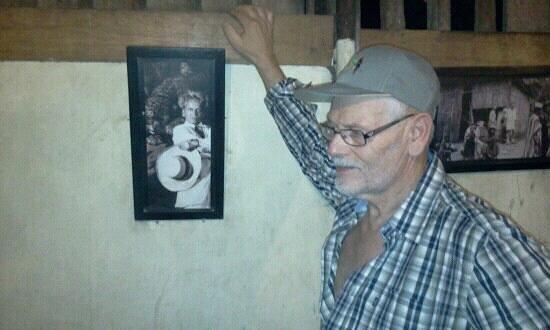 La Casa Fitzcarraldo:                                     Der Autor neben einem Foto von Klaus Kinsky