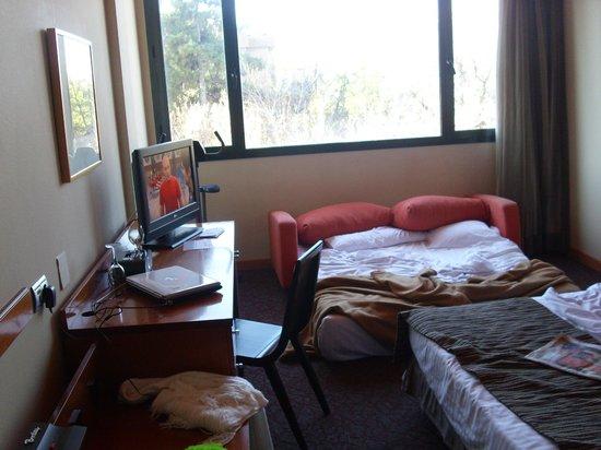 Hotel Petit Palace Arturo Soria:                   HABITACION DESPUES DE USO(Disculpen el desorden)