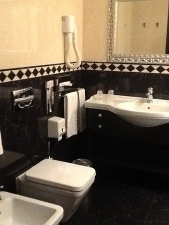 Hotel Mondial: Bathroom