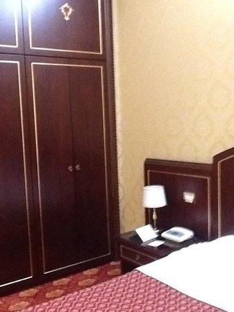 Hotel Mondial: Large armoire next to the bed, included a safe