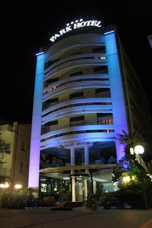 Park Hotel Cattolica:                   L'hotel, di sera, dal lungomare di Cattolica