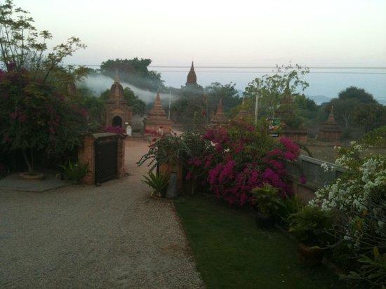 Thurizza Hotel Bagan:                   Blick auf Stupa vor dem Hotel