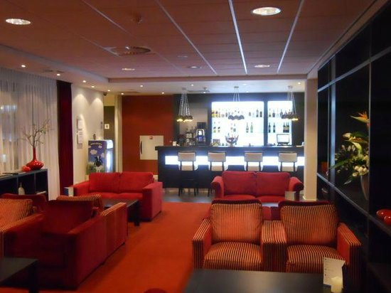 Holiday Inn Express Amsterdam-Schiphol: Lounge area and bar