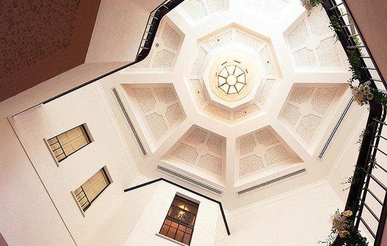 Hotel Monterey Ginza: High Ceiling